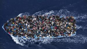 قارب مكتظ باللاجئين السريين في البحر الأبيض المتوسط. Foto: AP