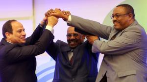 السيسي والبشير ورئيس الوزراء الأثيوبي هايلي مريام ديسالين في لحظة تعبير عن الوحدة بين الدول الثلاث. Foto: Ashraf Shazly/ AFP/ Getty Images