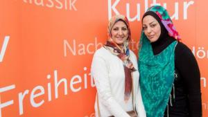 الكاتبتان العراقيتان: آمال إبراهيم النصيري (يسار)، وسمرقند الجابري (يمين)، في معرض لايبتسيغ الألماني للكتاب 2015. Foto: Deutschlandradio/Christian Kruppa