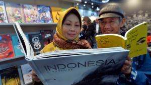 زوار إندونيسيون في معرض لايبتسيغ للكتاب في ألمانيا 2015. Foto: picture-alliance/dpa/H. Schmidt