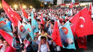 يتوجه الناخبون الاتراك اليوم إلى صناديق الاقتراع في إطار انتخابات برلمانية يسعى من خلالها حزب العدالة والتنمية إلى الفوز بأغلبية مطلقة للمرة الرابعة على التوالي من خلال برنامج انتخابي يقوم على تحويل تركيا إلى نظام حكم رئاسي.
