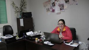 الناشطة النسوية اللبنانية في مجال حقوق المرأة حياة مرشاد بمكتبها في بيروت. Foto: Juliane Metzker