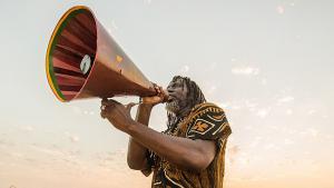 الفنان تيكن جاه فاكولي (أو دومبيا موسى فاكولي) مغني كوديفواري لموسيقى الريغي. Foto: Y. Lenquette