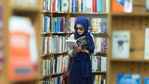 مسلمة في الولايات المتحدة تقرأ في إحدى مكتبات سان فرانسيسكو. (photo: Abdel-Rahman Bassa)