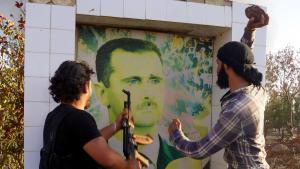 , .  ثوار ومعارضون لنظام الأسد يدمرون صورته Foto: DW/ AA/ I. Hariri