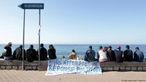 مهاجرون ينتظرون على الحدود بين إيطاليا وفرنسا Foto: AFP/Getty Images