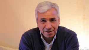 ياسين الحاج صالح كاتب وناقد وباحث ومترجم سوري معارض، وسجين سياسي سابق.