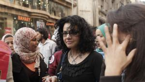 منى الطحاوي (في منتصف الصورة) في يوم المرأة العالمي في القاهرة. Foto: Maya Alleruzzo/AP