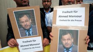 احتجاجات في برلين ضد اعتقال صحفي قناة الجزيرة أحمد منصور في ألمانيا. Foto: picture-alliance/dpa/P. Zinken