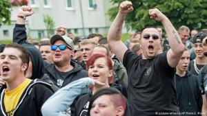 بعد الانتقادات اللاذعة والرفض الشعبي الألماني الواسع للمظاهرات المناهضة للإسلام، أصبحت هذه الاحتجاجات نقتصر على بعض اليمينيين المتطرفين الذين خرجوا للتظاهر ضد قدوم اللاجئين إلى ألمانيا، معللين رفضهم بأن ثقافة هؤلاء تختلف عن ثقافتهم وأنه لا يمكنهم الاندماج في المجتمع الألماني.