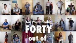 """لوحة تجمع صورا من مجموعة المصور الألماني كاي فيدنهوفر """"أربعون جريحا فقط من مليون جريح آخر"""""""