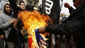 سلفيون يحرقون العلم الفرنسي عند المركز الثقافي الفرنسي في مدينة غزة.  Foto: AFP/Getty Images/M. Abed