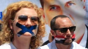 الصحفيان فيل موور (يمين) وجيسيكا هاتشار (يسار). photo: picture-alliance/dpa