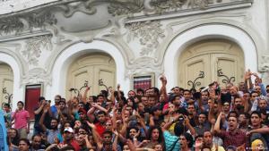 """""""لا لن أسامح""""، شعار يرفعه متظاهرون ضد مشروع قانون المصالحة الاقتصادي في تونس.  Foto: Sarah Mersch"""
