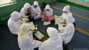 مسلمات إندونيسيات يقرأن وهن جالسات. Foto: picture-alliance/ZUMA Press