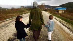لاجئة سورية مع طفليها. Reuters