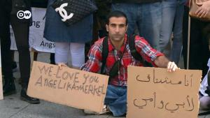 لاجئ سوري في برلين رافعا لوحة عليها تعبير بالإنكليزية يعبر بها عن الشكر لميركل. Foto: S.Amri/DW