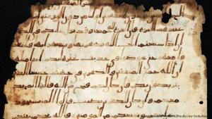 رق من مخطوطة بمكتبة برلين الحكومية به آيات من سورة النساء. وتم فحص عينات من هذه المخطوطة بتقنية الكربون كجزء من مشروع بحثي عالمي يهدف إلى محاولة تتبع تاريخ كتابة القرآن.