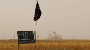 """عَلَم """"الدولة الإسلامية"""" إلى الجنوب من كركوك.   Foto: Getty Images/AFP/M. Ibrahim"""