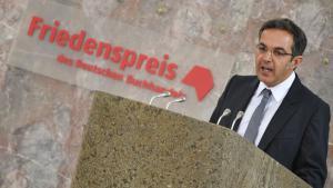 خطاب نافيد كرماني لدى استلامه جائزة السلام في فرانكفورت. Foto: Arne Dedert/dpa