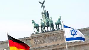العلم الألماني والإسرائبلي عند بوابة براندنبورغ في برلين. Foto: picture-alliance/dpa/R. Schlesinger