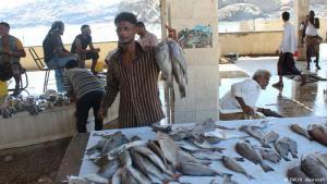بائع سمك في سوق السمك بمنطقة صيرة في مدينة عدن جنوب اليمن.