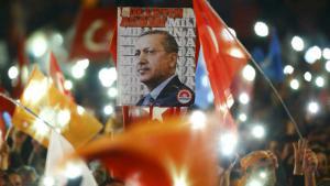 أنصار إردوغان يحتفلون بالنصر الانتخابي. Foto: Reuters