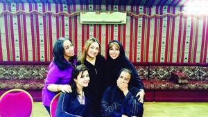 المخرجة السعودية لورين العيسي وممثلاتها.  photo: private)