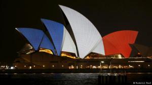 تضامناً مع فرنسا وعاصمتها باريس التي تعرضت لاعتداءات إرهابية دامية أسفرت عن مقتل 129 شخصاً على الأقل، ارتدت معالم العديد من حواضر العالم ألوان العلم الفرنسي. مدينة سيدني الأسترالية تفاعلت مع أحداث باريس وألبست دار الأوبيرا ألوان العلم الفرنسي.