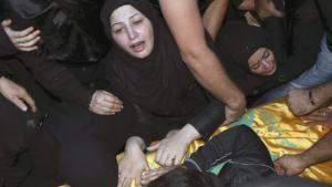 امرأة حزينة على ضحايا هجمات بيروت 12 / 11 / 2015.  Foto: Reuters