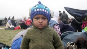 طفل لاجئ في منطقة ريغونتسيه على حدود سلوفينيا الشرقية. Foto: picture-alliance/AA/S. Mayic