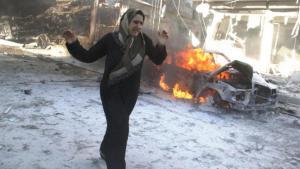 ;  سيدة سورية تهرب من نيران القصف في حلب Foto: Khaled Khatib/AFP/Getty Images