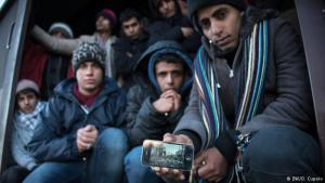 """لا يريدون العودة للحرب: رامي الطاهري (22 سنة) من اليمن يعرض صورة حيه المدمر في صنعاء. هرب الطاهري بصحبة 11 يمنيا، بعد أن أرغموا على القتال مع ميليشيات الحوثي، ويقول: """"إنهم يريدون أن نعود إلى الحرب. لكننا لا نريد القتال... سيقتلنا السعوديون"""". سننتظر هنا إلى أن تتم إعادة فتح الحدود من جديد للجميع""""."""