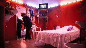 """العمل الفني أو البيرفورمانس: """"غراند ميزون"""". في غرفة أخرى من بيرفورمانس الثنائي ليلى سليمان وَ رُود غيلينز تم إعداد غرفة على غرار غرف المواخير في تونس.  Foto: Soliman/Gielens"""