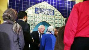 المرشح الديمقراطي بيرني ساندرز يصافح الحضور في مسجد محمد