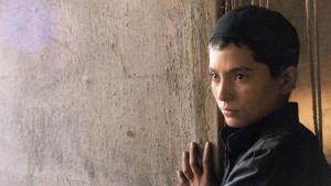 """الممثلة الأفغانية مارينا غولباهاري في دور فتاة مجبورة على الظهور بمظهر صبي يدعى أسامة في فيلم """"أسامة"""". (photo: Imago/Entertainment Pictures)"""
