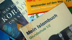 كتب تعليمية عن الإسلام من مناهج ولاية الراين ويستفاليا الألمانية. Foto: picture alliance/dpa