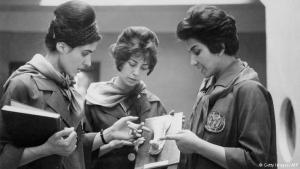 في الصورة طالبتان في كلية الطب بجامعة كابول مع مدرستهما وهي تتحدث معهما عن قالب جبس لعضو بشري. الصورة تعود إلى عام 1962 حيث كانت المرأة الأفغانية تشارك في الحياة العامة ويسمح لها بمتابعة تحصيلها العملي الجامعي.