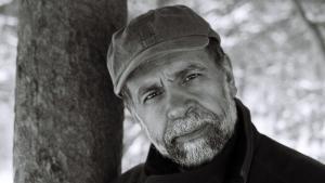 يشغل حميد دباشي منصب أستاذ  للدراسات الإيرانية والأدب المقارن في جامعة كولومبيا بمدينة نيويورك. (source: www.hamiddabashi.com)