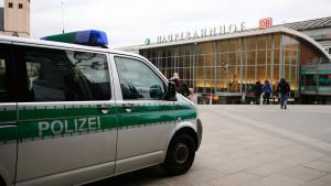الشرطة الألمانية عند محطة كولونيا الرئيسية. Foto: Reuters/W. Rattay