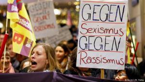 """يثير حوالى مئة اعتداء جنسي تم تسجيلها في مدينة كولونيا ليلة رأس السنة ونسبت إلى """"شبان عرب على ما يبدو"""" استياءً كبيرا في ألمانيا، حيث نددت الحكومة بأعمال العنف، لكنها أكدت في الوقت نفسه أنها قلقة من اتهام اللاجئين."""