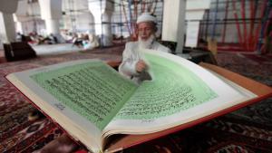 رجل مسلم كبير السن يتلو القرآن في أحد مساجد صنعاء في اليمن.  Foto: Reuters