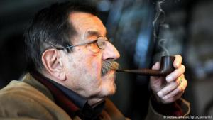 (photo: picture-alliance/dpa/Gambarini) الروائي الألماني الراحل غونتر غراس الحاصل على جائزة نوبل للآداب