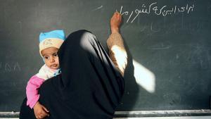 امرأة خلال درس اللغة الفارسية في إيران.  Foto: ayaronline