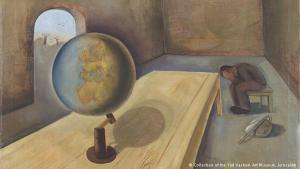 """استعار المعرض في برلين 100 لوحة فنية من متحف ياد فاشيم من إسرائيل. وعرضت اللوحات أعمال 50 فنانا يهوديا نجا 26 منهم من المحارق، فيما لقي الفنانون الآخرون المعروضة أعمالهم حتفهم على يد النازية، ومنهم فيلكس نوسباوم الذي يعد من أشهرهم، والذي توفي في سنة 1944 في معسكر أوشفيتز. الصورة هي لوحته الشهيرة """"اللاجئ"""" التي رسمها في سنة 1939 في بروكسل التي عرضت في برلين."""