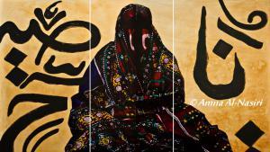 """اِمرأة بـ""""الستارة"""" العباءة الصنعانية التقليدية، والتي تُعد من أبرز ملامح الزي التقليدي للمرأة اليمنية، وتُعتبَر جزءاً من شخصية المرأة والبيئة الصنعانية."""