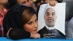 سيدة إيرانية ترفع صورة روحاني. الصورة فارس