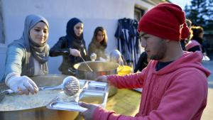 مسلمون في ألمانيا يقدّمون الطعام للاجئين. Foto: picture-alliance/dpa/H. Neubauer