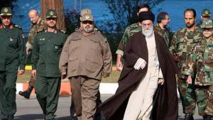 آية الله علي خامنئي مع قيادات الحرس الثوري في طهران. Foto: ISNA