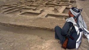 مُسلَّح عِراقي عند موقع أثري للسومريين على بُعد 300 كيلومتر إلى الجنوب من بغداد. Foto: picture-alliance/dpa